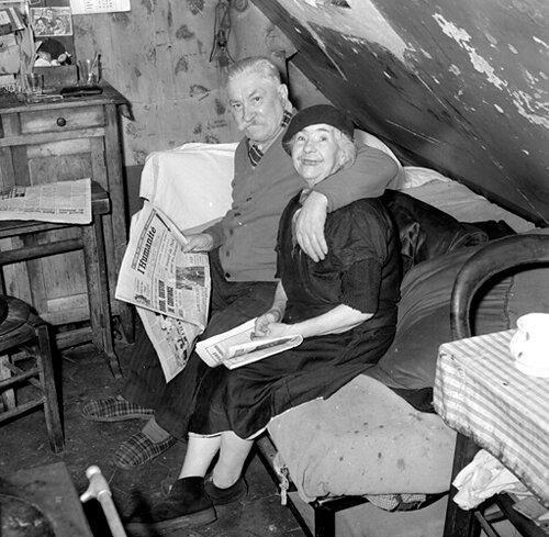 1202-sous-les-toits.jpg1202- sous les toits de Paris - couple avec l'HumanitŽ en main - 20/10/1956 - amoureux - 3e ‰ge©gerald Bloncourt