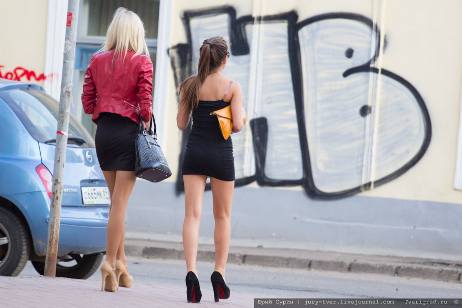 Секси девочки в лосинах на улицах