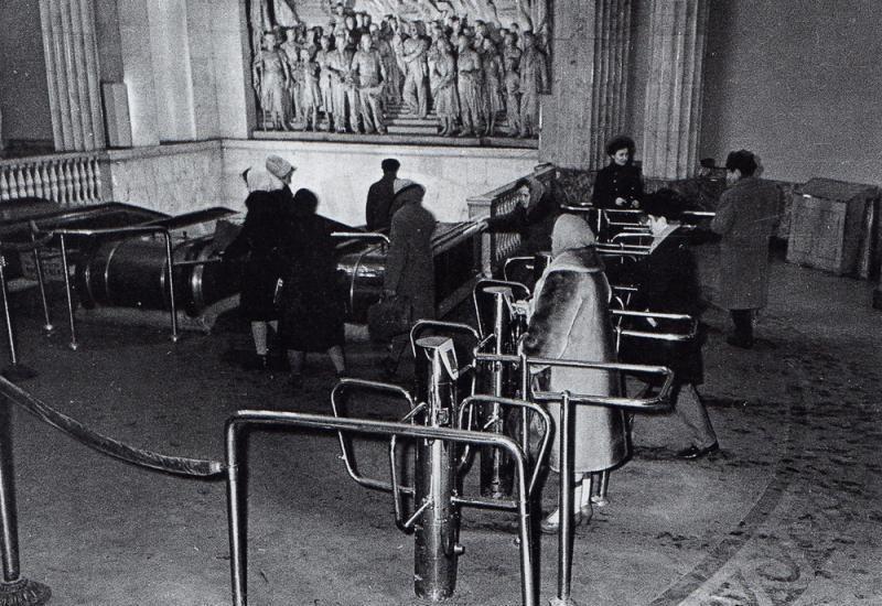 1958 Первые турникеты на ст. Нарвская. Первые несколько лет проход в метро осуществлялся по предъявлению контролёру билета или другого проездного документа.jpg