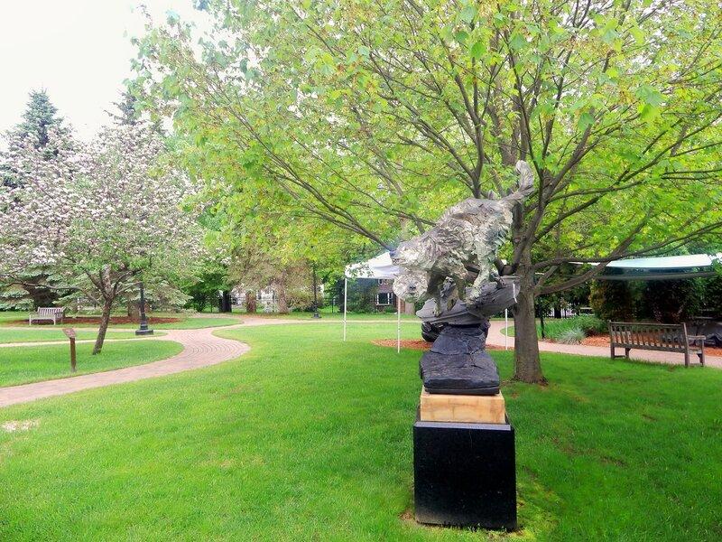Сад скульптур в конце весны.