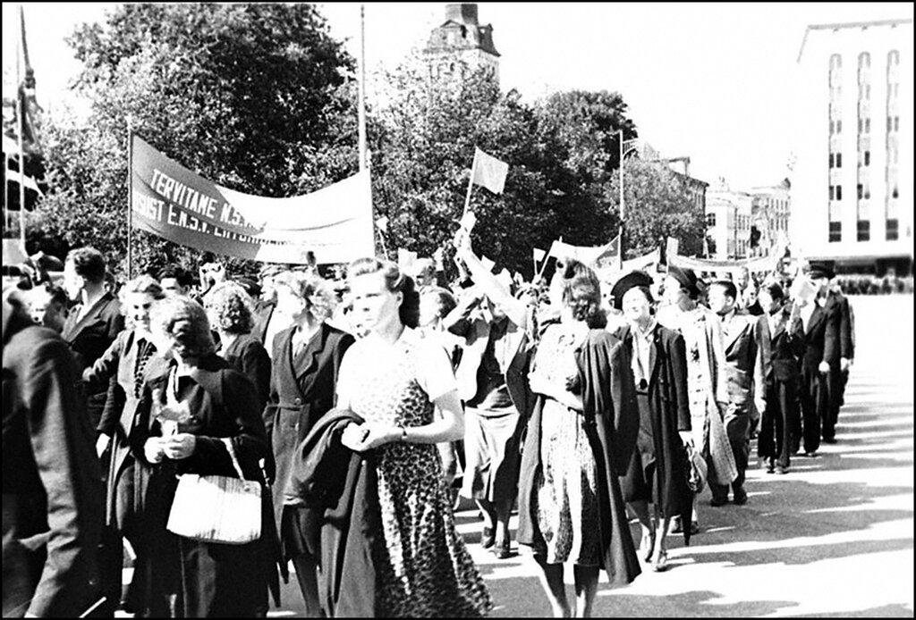 Колонна демонстрантов на улице г.Таллина во время демонстрации, посвященной принятию Эстонии в состав СССР. Август 1940 г.