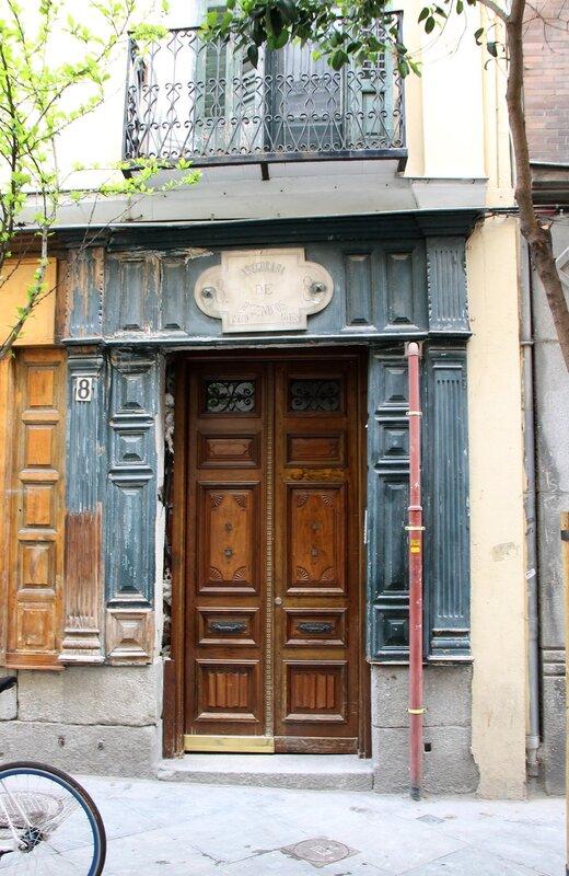 Мадрид. Старый портал на улице Сервантеса, страховая контора Asegurada de Incendios
