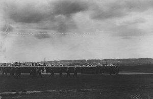 Император Николай II  и офицеры направляются к рядам полка.