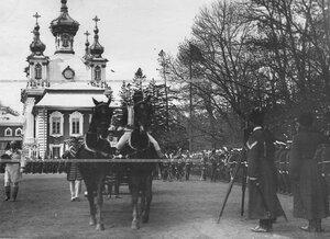 Прибытие шефа полка императрицы Александры Федоровны на полковой праздник.