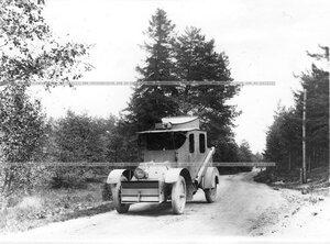 Бронированный автомобиль батальона на проселочной дороге.