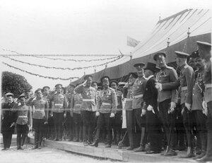 Император Николай II и сопровождающие его лица у царской палатки во время  закладки новой казармы 3-го стрелкового полка.