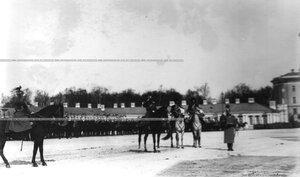 Император Николай II приветствует полк во время парада.