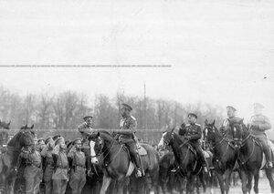 Император Николай II приветствует войска, выстроившиеся перед парадом.