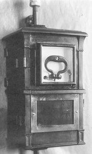 Внешний вид сейфа, в котором установлен телефонный аппарат, служащий для специального пользования.