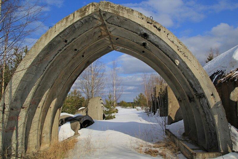 ангар из бетонных плит на заброшенных позициях ЗРК С-75
