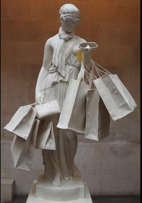 Памятник женским покупкам