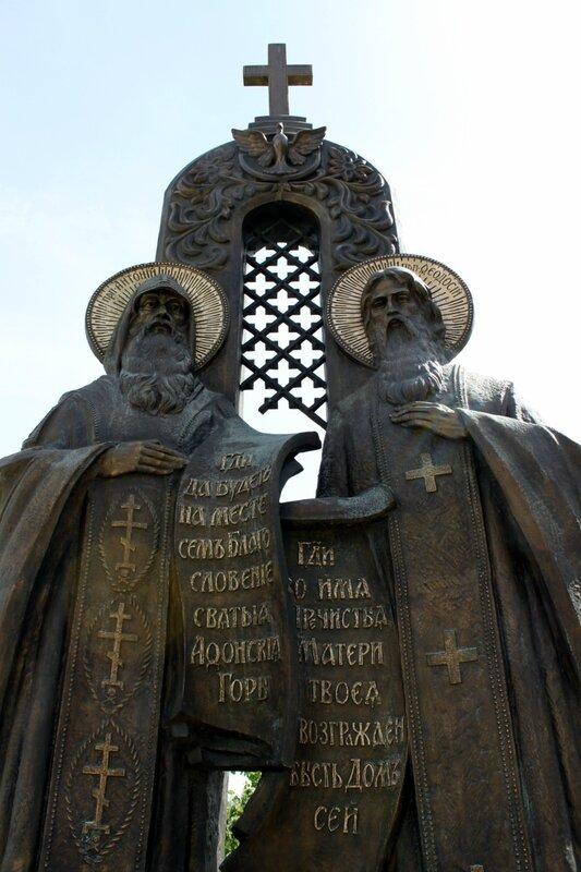 Памятник Антонию и Феодосию в Печерской Лавре