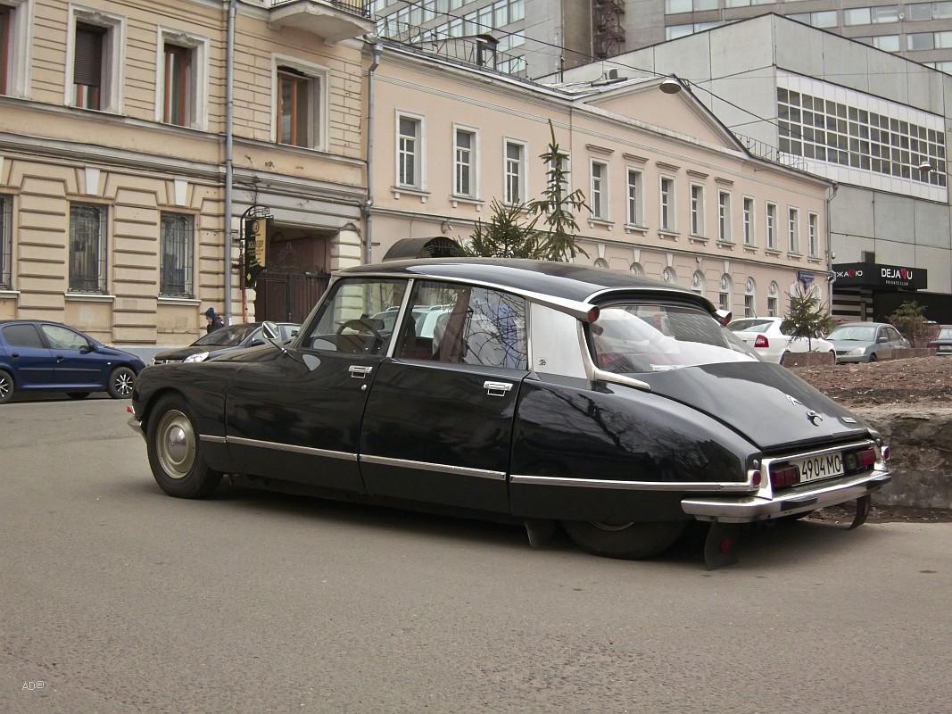 Citroën DS — автомобиль бизнес-класса, выпускавшийся французской фирмой Citroen в 1955—1975 годах