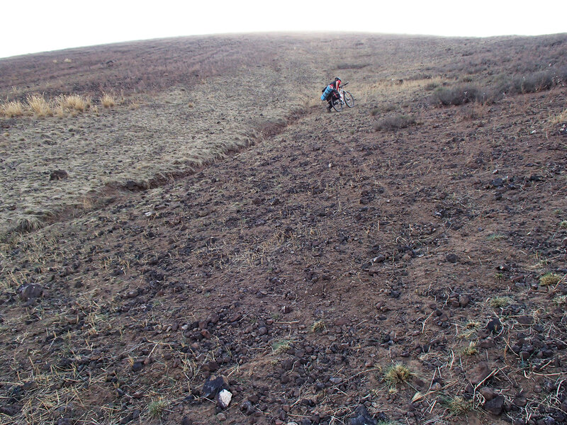 тащим велосипеды на потухший вулкан
