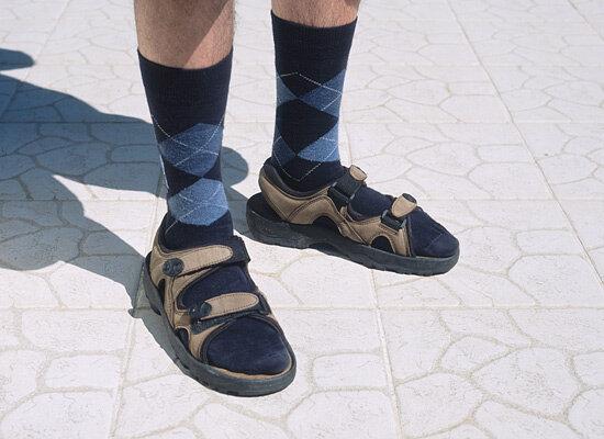 Носки и сандалии объявлены не сочетаемыми. Либо надень ботинки, либо одно из двух!