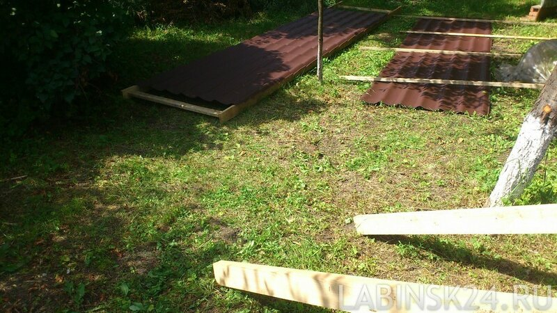 Кладем лист металлочерепицы на нашу  конструкцию