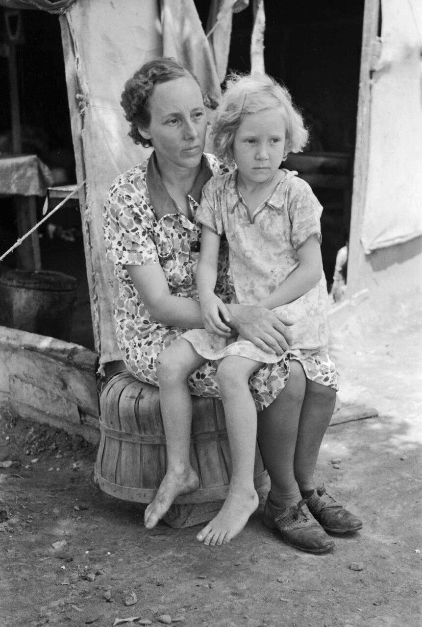 Мать и ребенок из семьи поденщиков  в лагере возле Спиро, округ Секвойя,  Оклахома, 1939