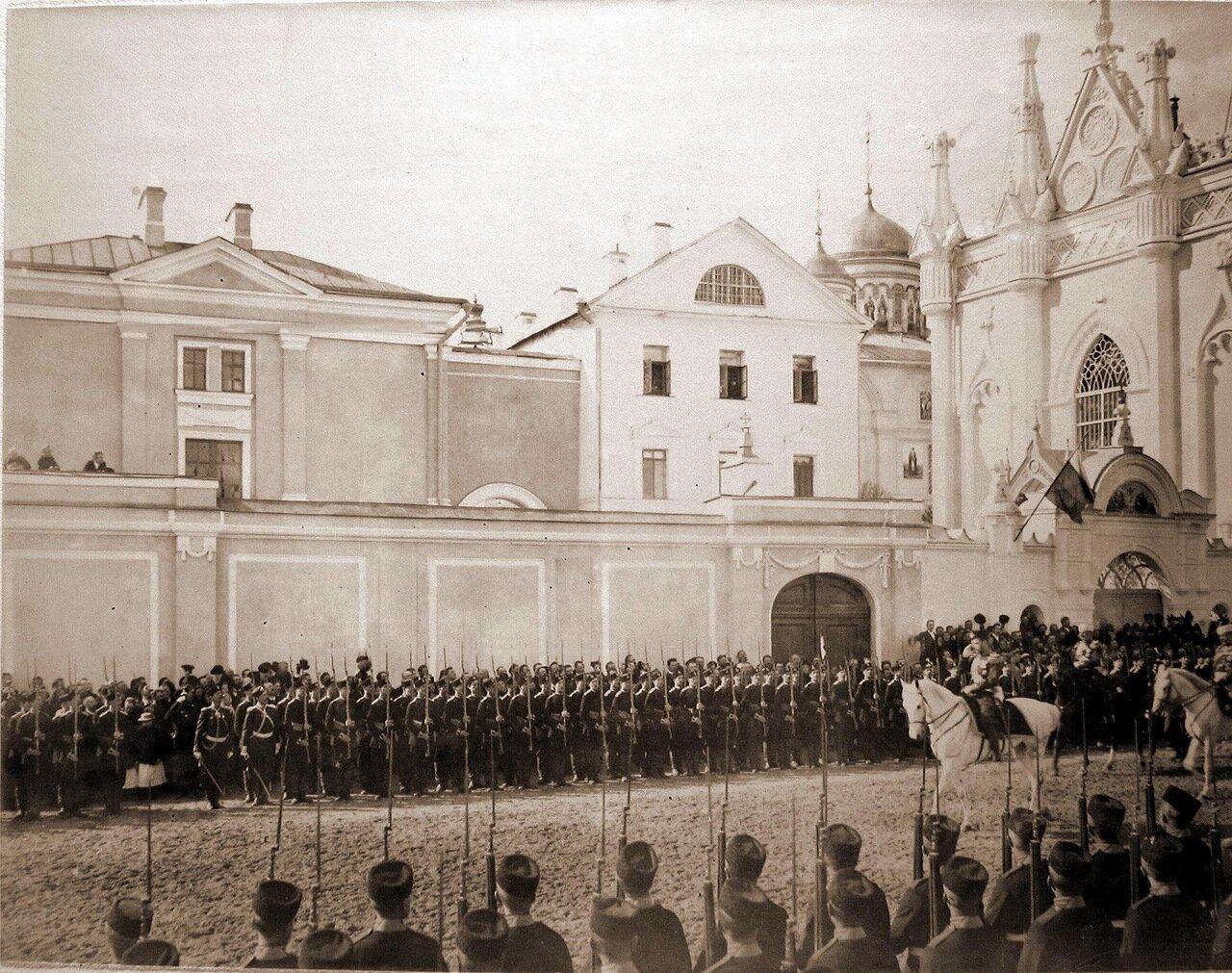 Император Николай II (впереди на белом коне) со свитой в Кремле у Вознесенского монастыря в день торжественного въезда в Москву их императорских величеств; справа - церковь Св.Екатерины