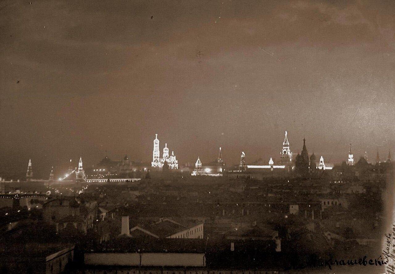 Вид на празднично иллюминированный к торжествам Кремль; в центре - колокольня Ивана Великого с церковью Иоанна Лествичника