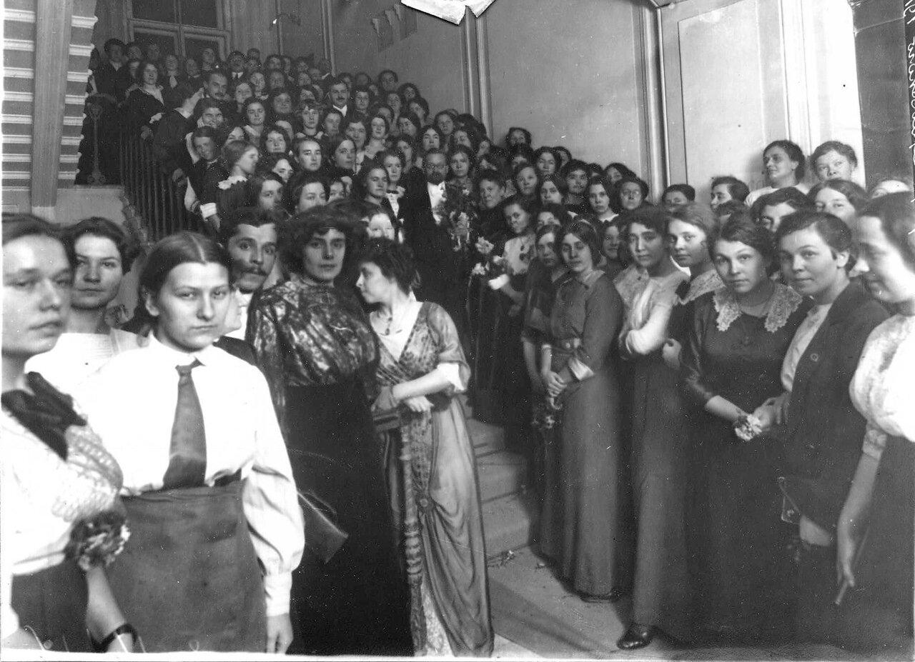 Преподаватели и студентки женского медицинского института приветствуют доктора медицины, профессора и директора Верховского Б. В. в день юбилея