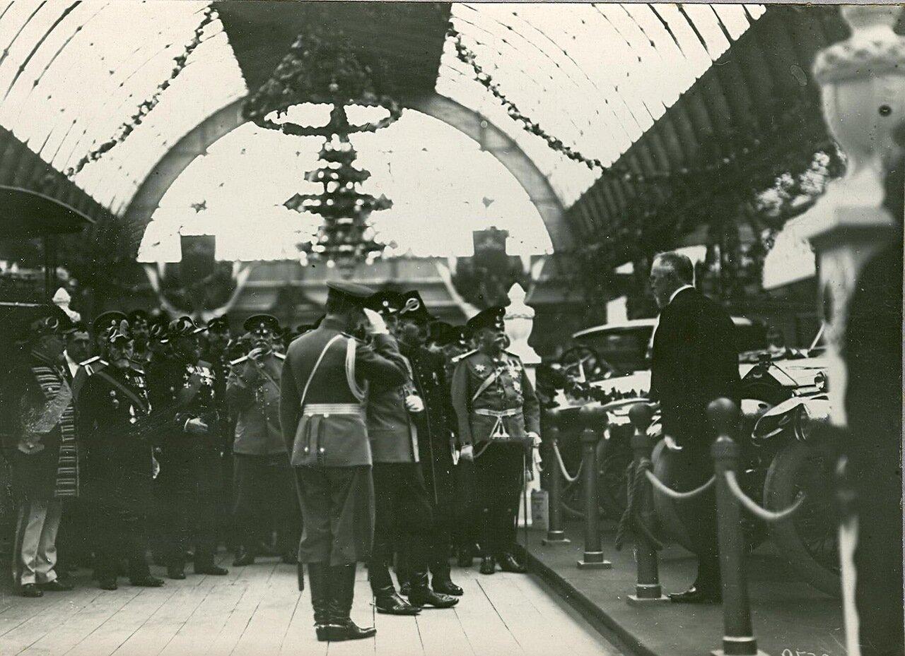 11. Император Николай II с группой военных осматривает выставку
