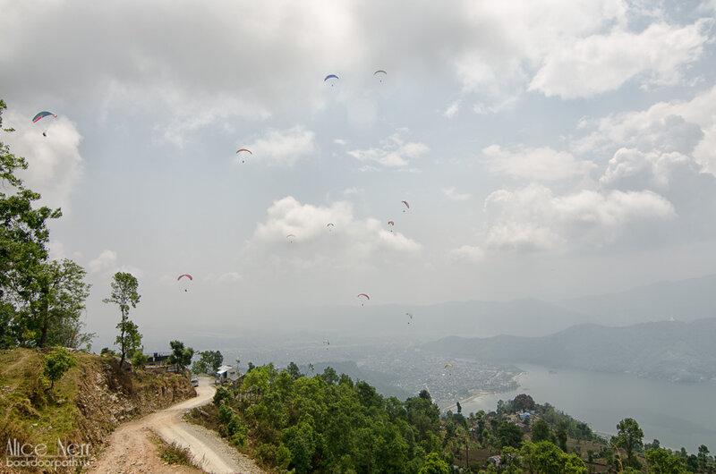 Парапланы в небе над Сарангкотом