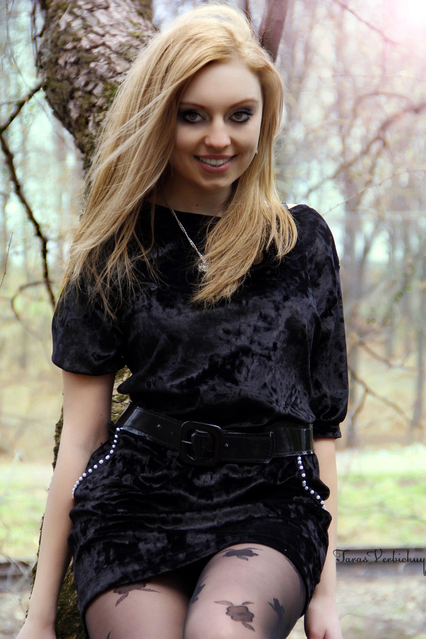 Блондинка в чёрном длинном платье со спины Девушки со