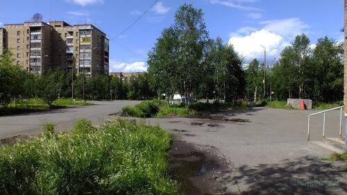 Фотография Инты №5108  Перекрёсток улиц Куратова и Дзержинского (вид от северо-западного угла Дзержниского 4) 14.07.2013_13:38