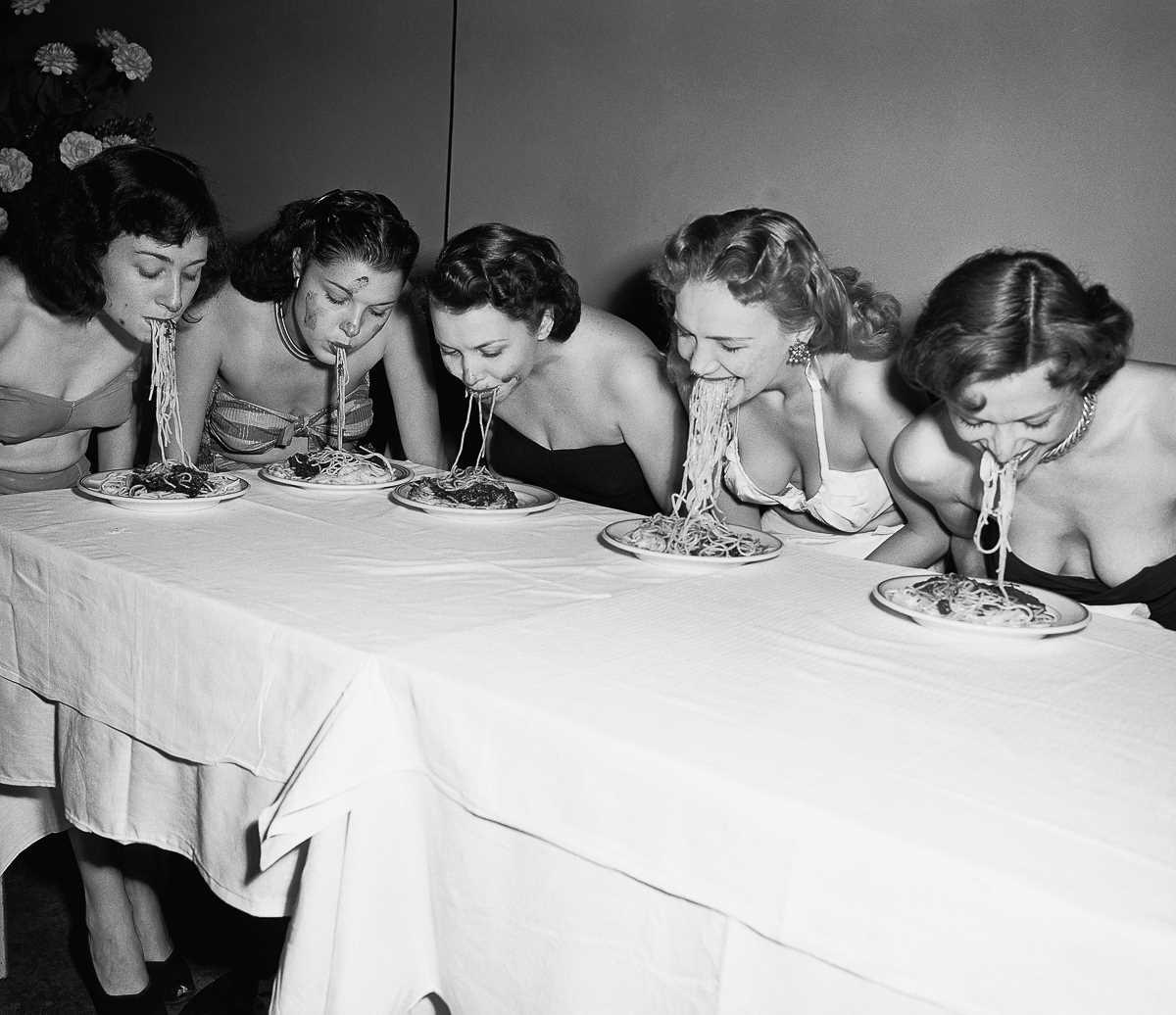 7. 4 ноября 1948 года. Девушки бродвейских шоу соревнуются в конкурсе по поеданию спагетти без рук.