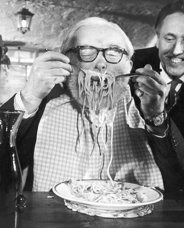 15. 5 декабря 1967 года. Участник конкурса атакует тарелку со спагетти в ресторане Alpino в Лондоне.