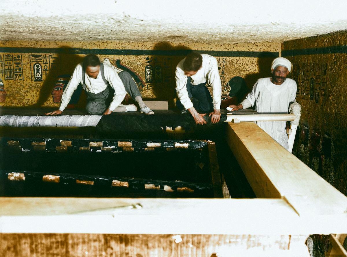 Картер, Мейс и египетский рабочий аккуратно сворачивают льняной покров.
