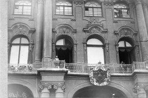 Император Николай II выходит на балкон Зимнего дворца перед чтением манифеста о вступлении России в войну.