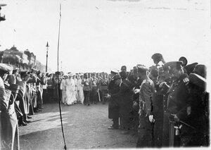 Император Николай II с членами семьи на Дворцовой площади.