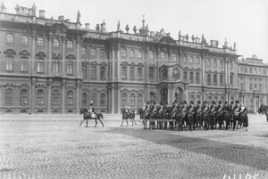 Эскадрон лейб-гвардии казачьего полка на Дворцовой площади во время приема императором Николаем II членов Государственного совета и Государственной думы.