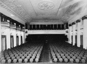 Вид зала кинотеатра со стороны экрана.