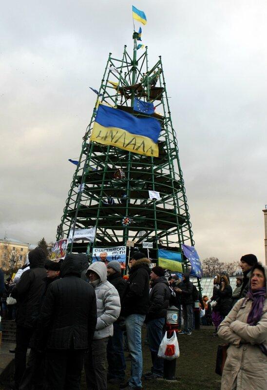 Флаги на главной елке Киева