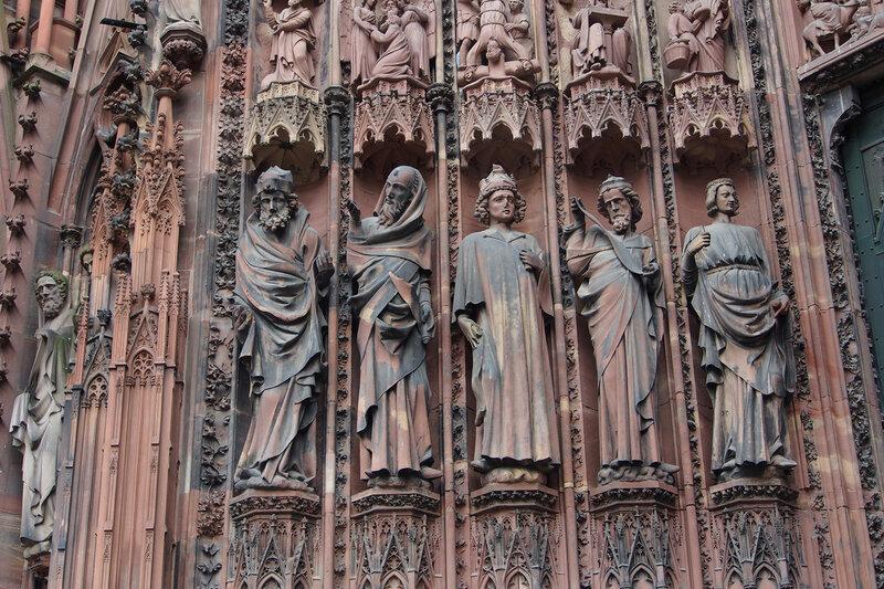 Страсбургский собор. Центральный вход. Статуи пророков, правая - пророчица Сивилла