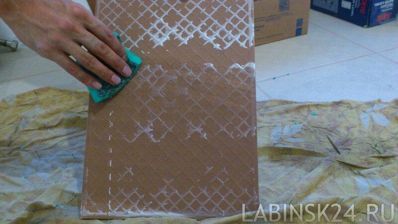 Протираем плитку влажной губкой перед приклеиванием