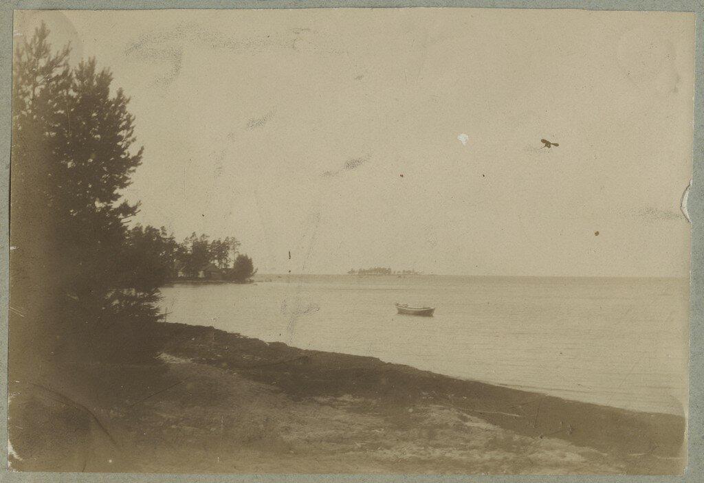 1900. Одинокая лодка в прибрежных водах