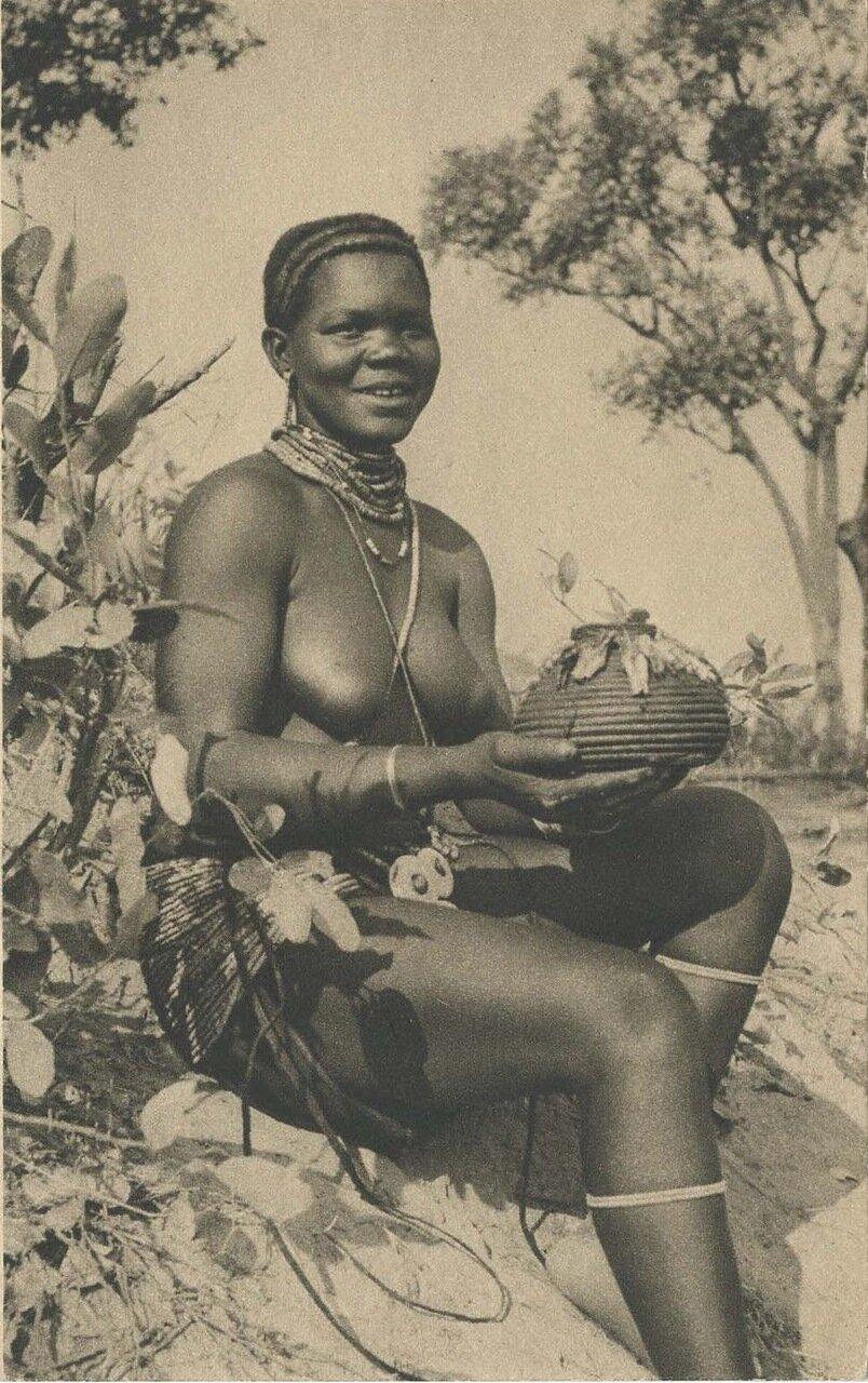 950. Ангола. Невеста из племени куанхама