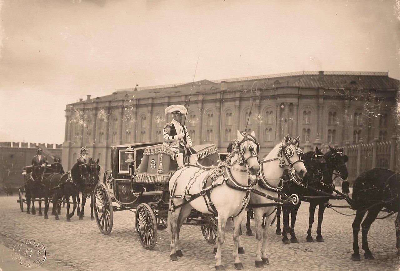 Экипажи участников торжественной коронации у Большого Кремлёвского дворца
