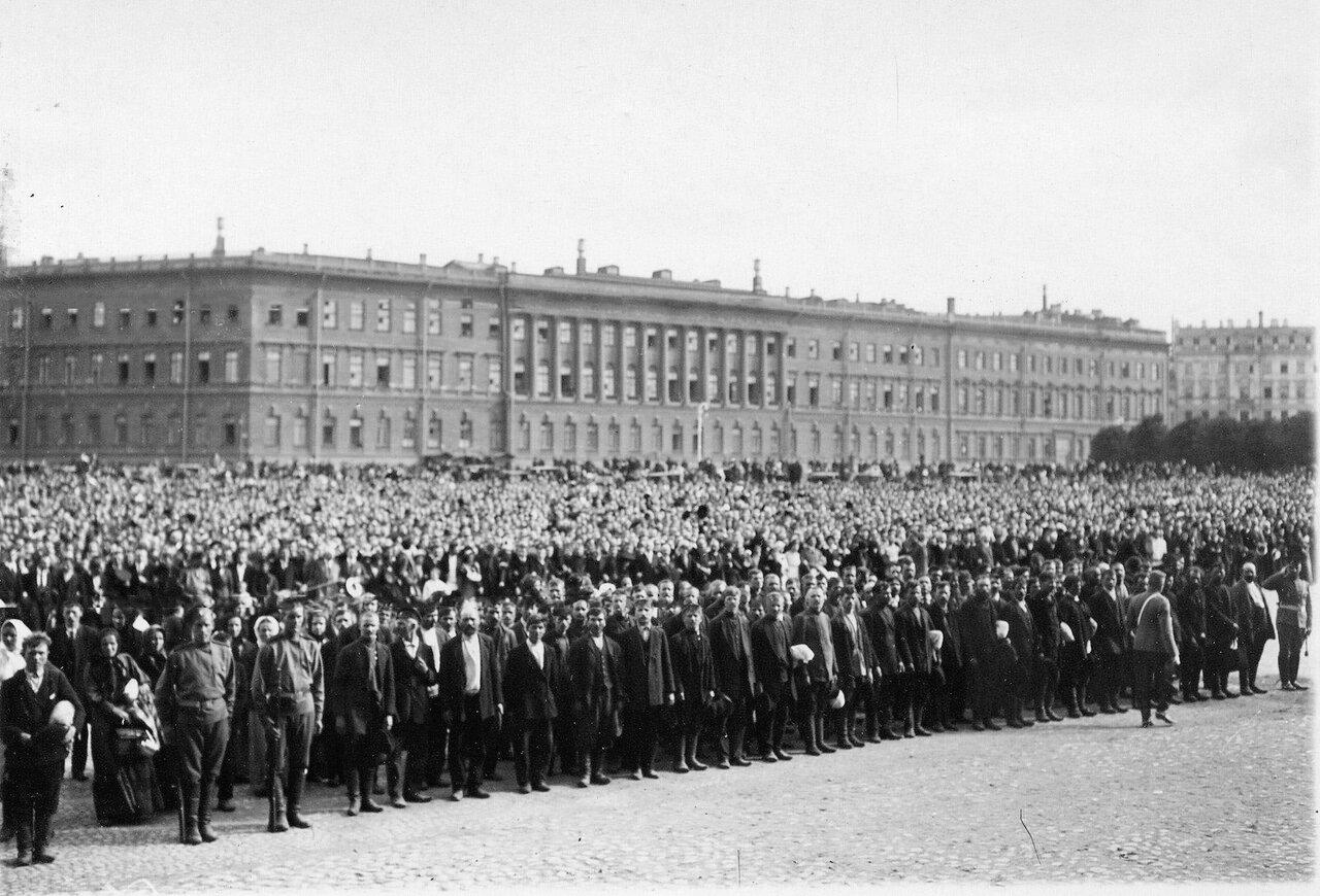 05.  На Дворцовой площади во время чтения манифеста об объявлении войны.