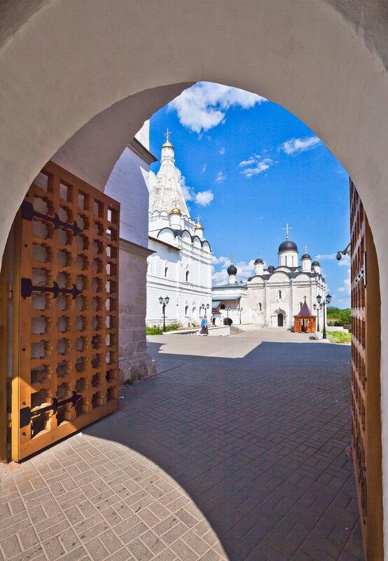 Святые врата Введенского монастыря в Серпухове