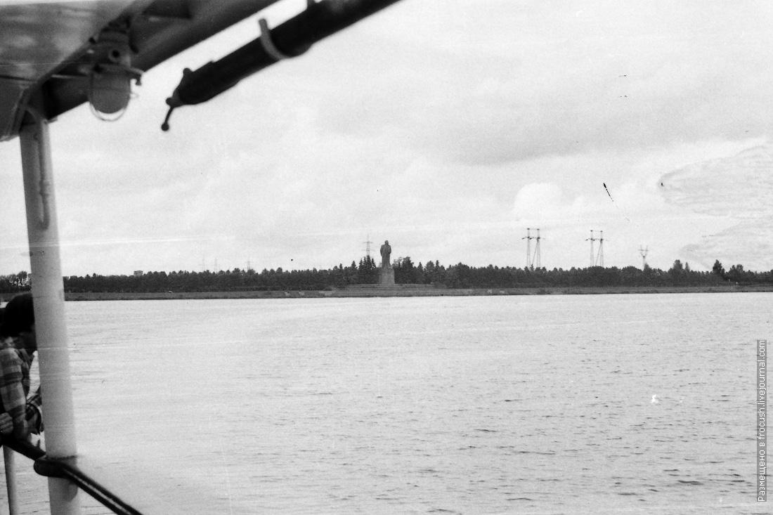 Иваньковское водохранилище (Московское море). Памятник В.И.Ленину перед входом в шлюз №1 КиМ 1985 год фото