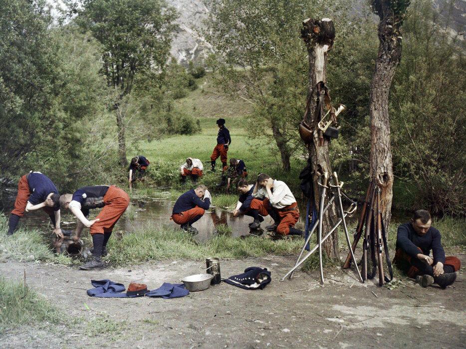 Des soldats font leur toilette pres d'un point d'eau. Il est possible qu'il s'agisse du 152e RI (regiment d'infanterie).