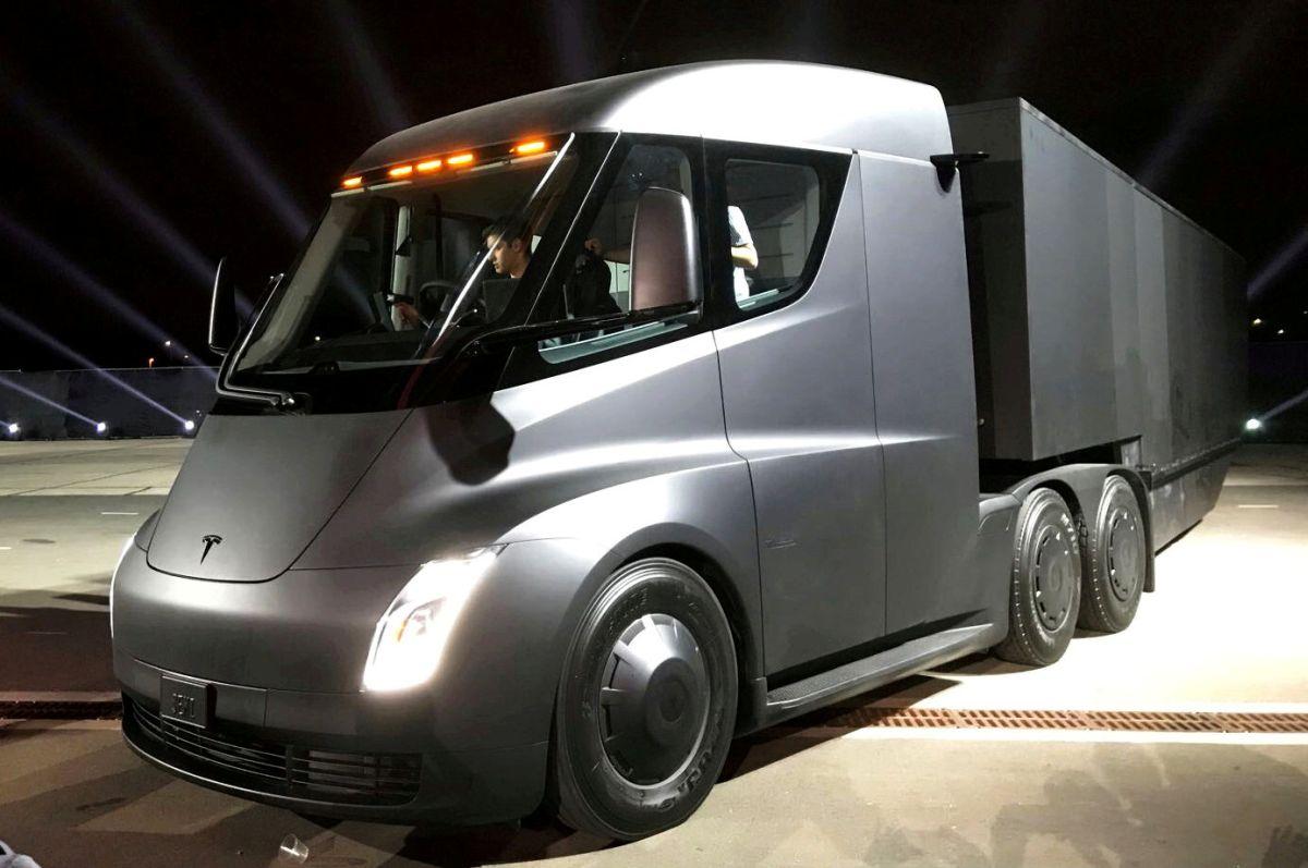Tesla получила два крупнейших заказа на90 электрических грузовиков Semi