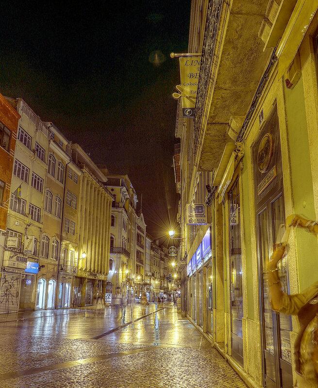 Ночная Коимбра. Пешеходная улица Ферейра Боржиш (Rua Ferreira Borges). HDR