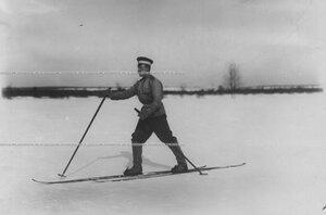 Офицер полка, проходящий учение при I-ой Петербургской императора Александра III  бригаде отдельного корпуса пограничной стражи, на лыжах.