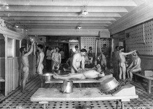Мытье посетителей банщиками в мыльной бани Егорова (Казачий пер., 11).