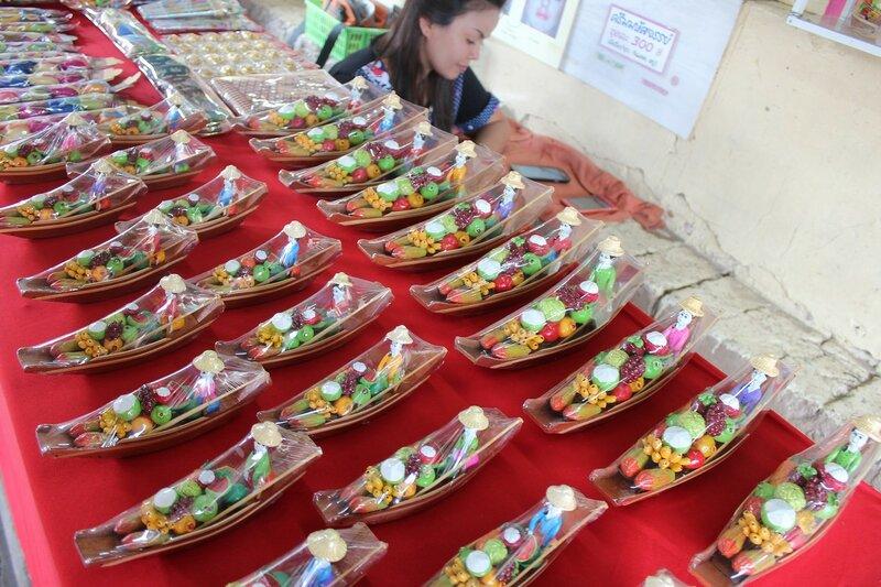 Сувениры на плавучем рынке Талинг Чан